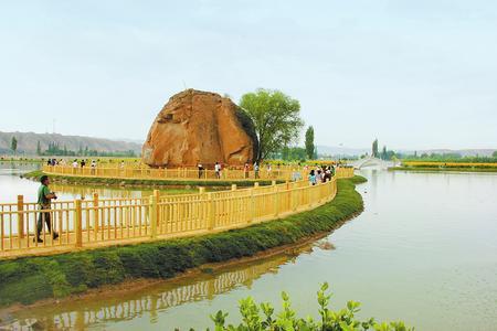 """白银市靖远县糜滩镇""""水韵独石""""吸引了许多游客前来游玩"""