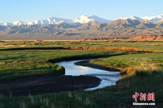 图为草原上的潺潺溪流。康凯 摄