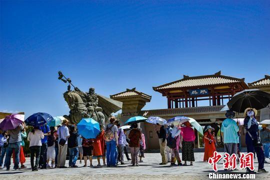 8月8日,大批游客在阳关景区观光游览。 王斌银 摄