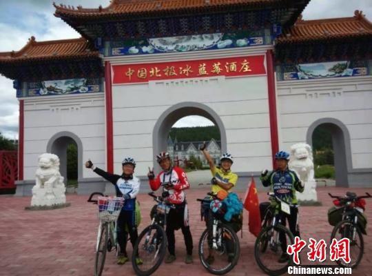 8月8日,阳关景区观光游览客流不绝。 王斌银 摄