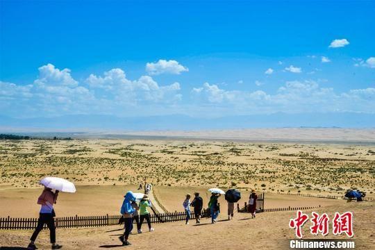 据敦煌市文体广电和旅游局统计,截至8月8日,阳关景区已接待中外游客21.58万人,同比增长14.15%。 王斌银 摄