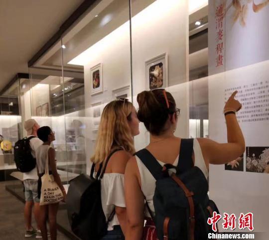 图为冉艺飞去年在台湾参展麦秆画时,现场吸引众多观赏者驻足了解通渭麦秆画。(资料图) 钟欣 摄