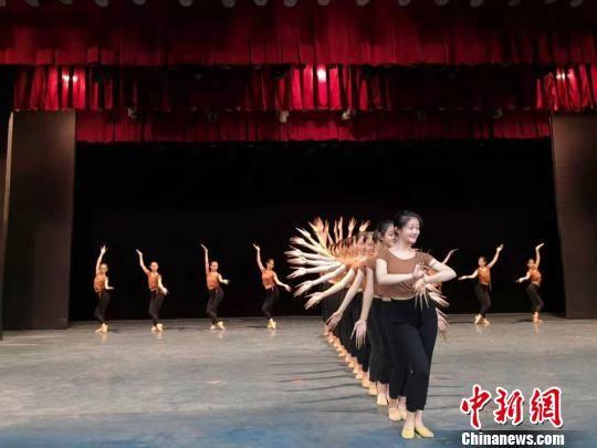 2019年9月,兰州文理学院艺术职业学院学生正在排练敦煌舞。 丁思 摄