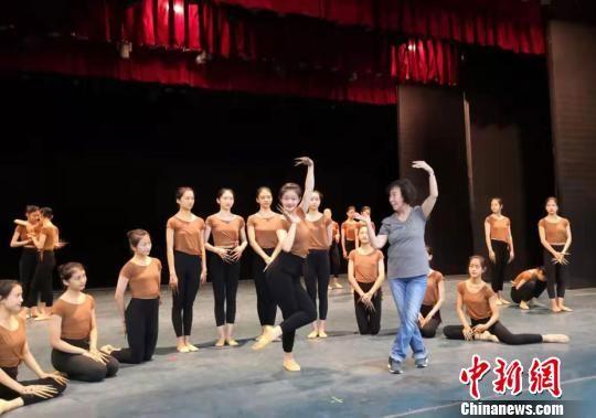 """2019年9月,""""敦煌舞教学的创始人""""84岁的高金荣(中)正在为兰州文理学院艺术职业学院学生示范指导动作。 丁思 摄"""