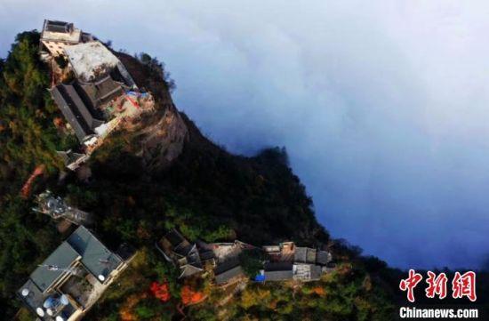 """俯瞰甘肃成县鸡峰山 云雾缭绕如""""天空之城"""""""