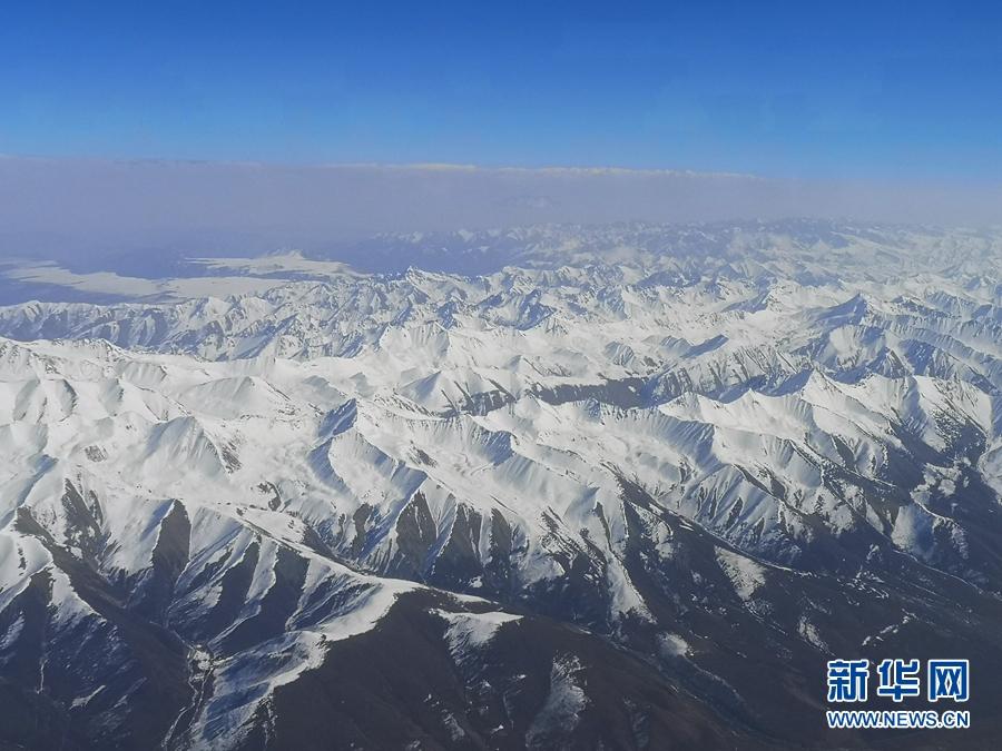 """【""""飞阅""""中国】高空俯瞰祁连山 白雪皑皑蔚为壮观"""