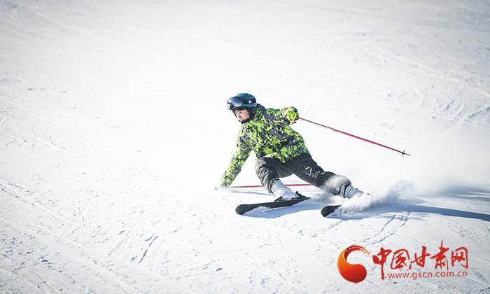 甘肃金昌:高山雪景美如画 滑雪赏雪正当时