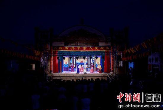 图为夜间演出场景。
