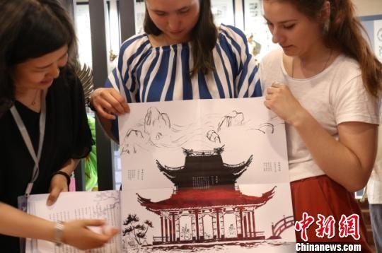 图为俄罗斯女孩展示以中国园林为元素的自创手工书。 闫姣 摄