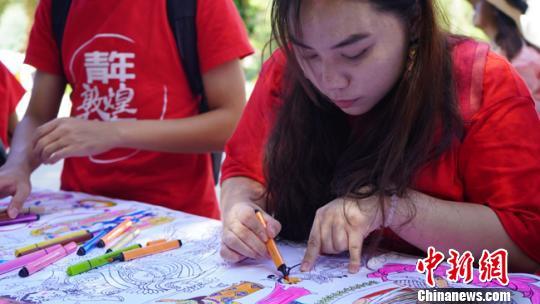 澳门内地青少年创意木板画印刻壁画 感受敦煌文化魅力