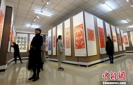 图为镇原县文化馆内展出的精美剪纸作品,吸引众多爱好者前来参观。 高展 摄