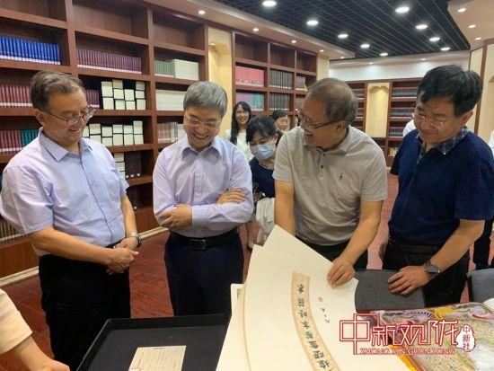 图为与会人员参观兰州文理学院敦煌文献资源中心。