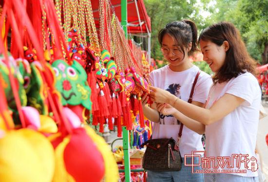 市民在西峰城区锦绣坊民俗文化街挑选香包。