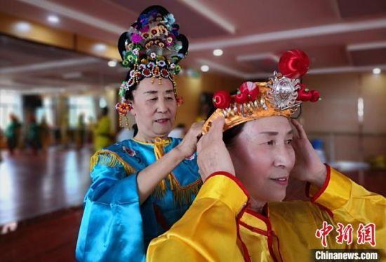 欢快的节奏,不断变换的队形,甘肃省嘉峪关20多位退休人员,将当地非物质文化遗产地蹦子与霸王鞭结合,创编出新的舞蹈《欢天喜地庆丰收》,并搬上舞台。 刘玉桃 摄