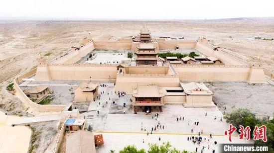 甘肃嘉峪关迎暑期旅游旺季 游客感受大漠风情