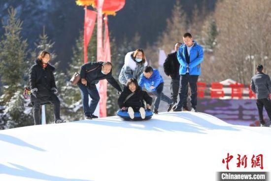 图为宕昌县当地民众体验雪上娱乐项目。 高展 摄