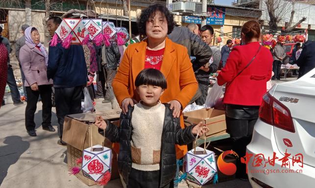 【网络中国节·元宵】灵台:手工灯笼俏销元宵节市场
