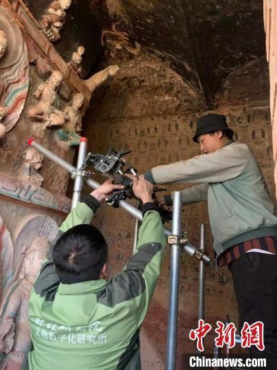 图为工作人员对马蹄寺石窟进行数字化采集。(资料图) 掖市文物保护研究所供图